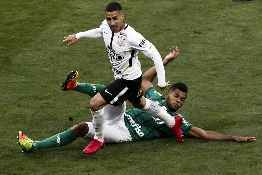 Gabriel e Borja na partida entre Corinthians e Palmeiras, na Arena Corinthians, válida pela 32ª rodada do Campeonato Brasileiro 2017