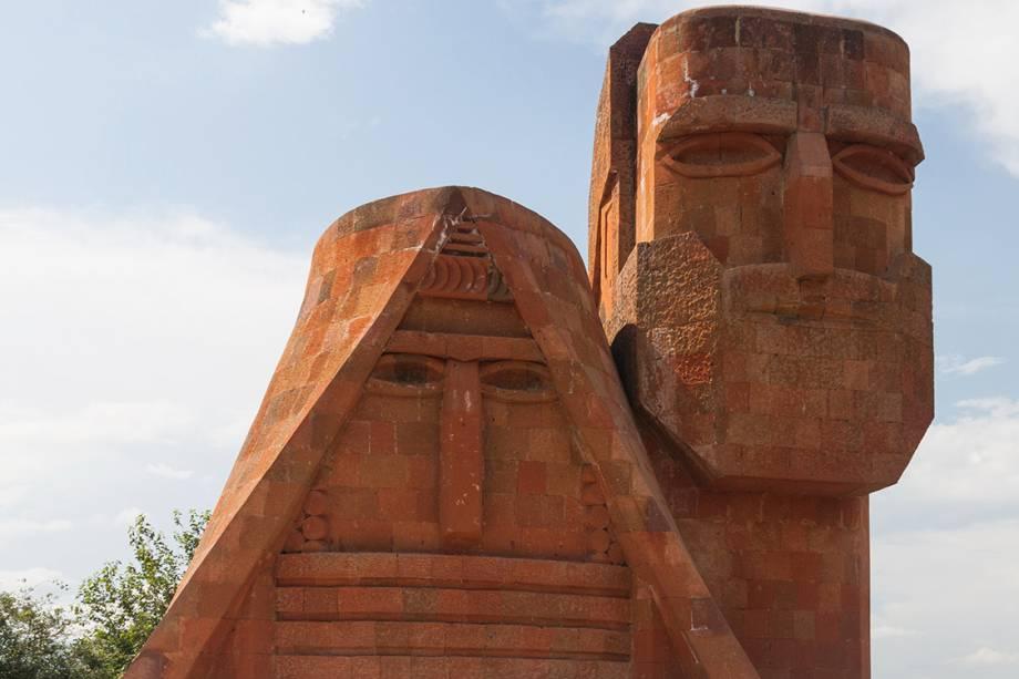 """Monumento """"My i Nasze Góry"""", em Artsakh."""