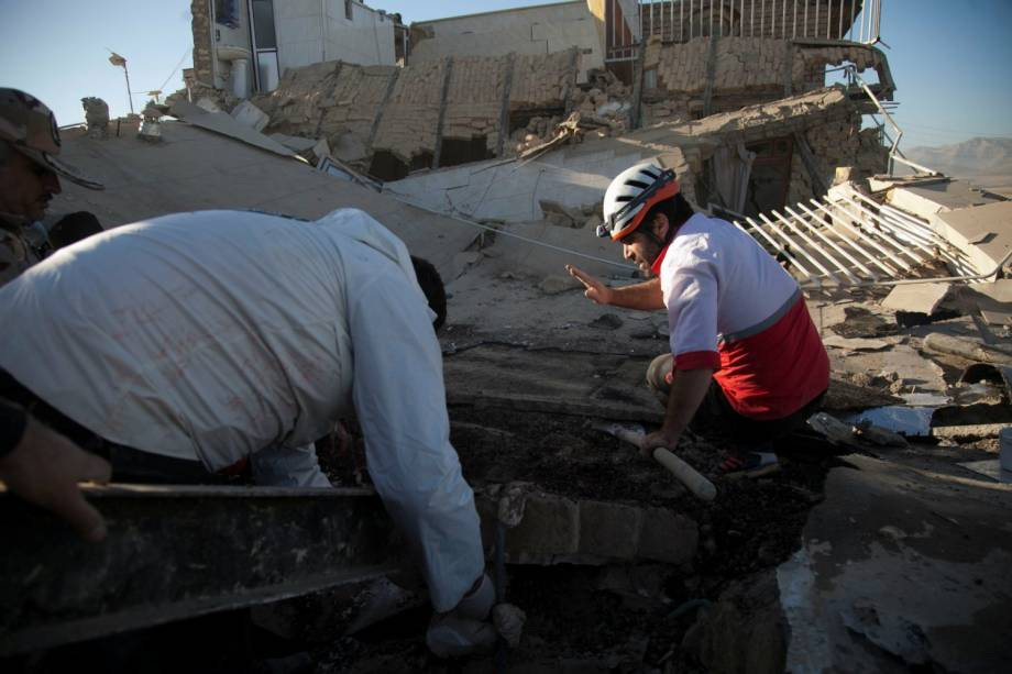 Equipes de resgate procuram vítimas sob os escombros de um edifício após um terremoto no condado de Sarpol-e Zahab, em Kermanshah, no Irã - 13/11/2017