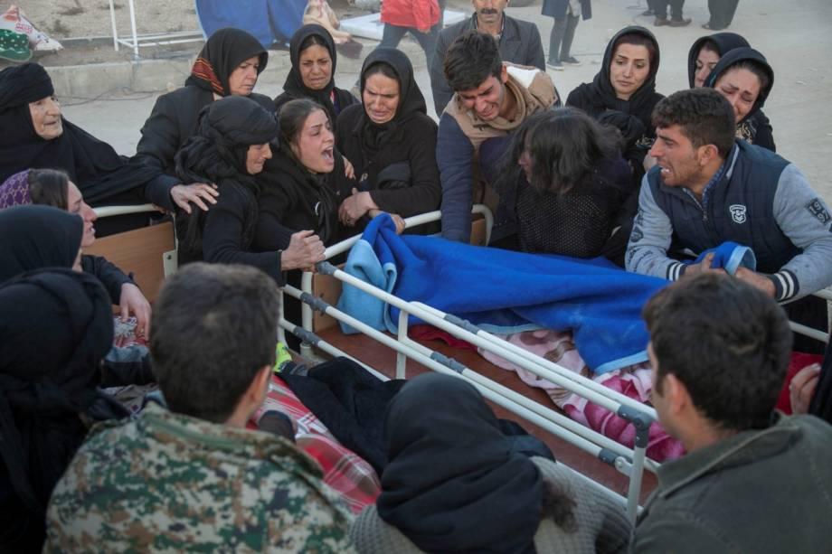 Pessoas reagem ao lado do corpo de uma vítima após um terremoto no município de Sarpol-e Zahab, em Kermanshah, no Irã - 13/11/2017