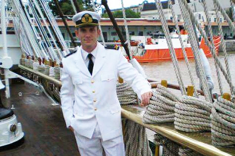 Víctor Andrés Maroli, de 37 anos, é tenente de navio do San Juan. Entrou na Marinha da Argentina em 2002 e em 2006 se tornou tenente