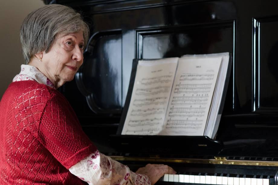 Na minissérie 'Doce de Mãe', que rendeu a ela um Emmy Internacional, Fernanda faz Picucha entre a vida e a morte; ela toca 'Luzes da Ribalta' ao piano (Crédito: Globo / Fábio Rabelo)