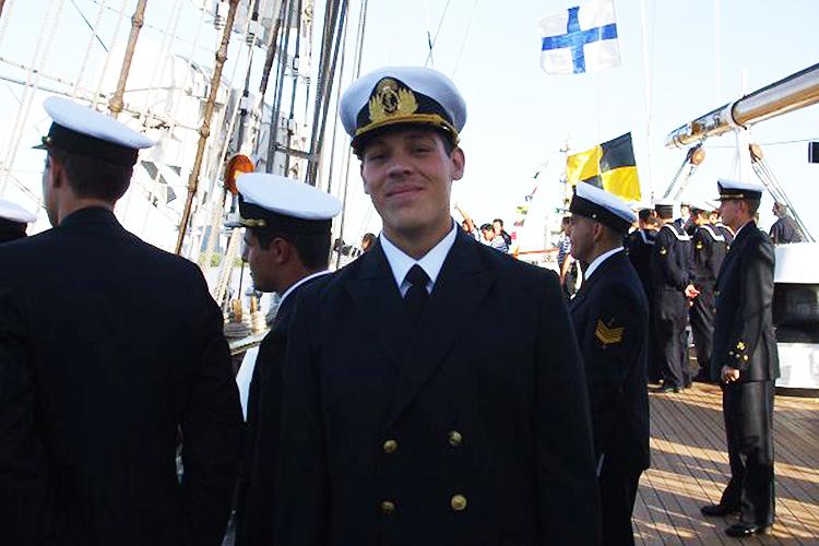 O tenente Renzo Martin Silva, de 32, deve se casar no ano que vem. Entrou para a Escola Naval aos 18 anos e sonhava com ser submarinista desde a infância em sua terra natal San Juan, uma província colada à Cordilheira dos Andes. Sua futura esposa é María Eugenia Ulivarri Rodi, também militar
