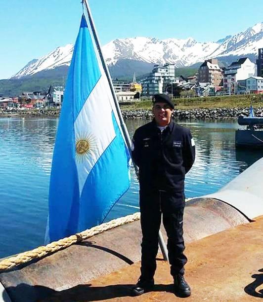 """A família do segundo suboficial Celso Oscar Vallejos homenageou o militar com um cartaz colado na base militar de Mar del Plata. """"Sua família está esperando por você, nós te amamos e sentimos sua falta"""", escreveram"""