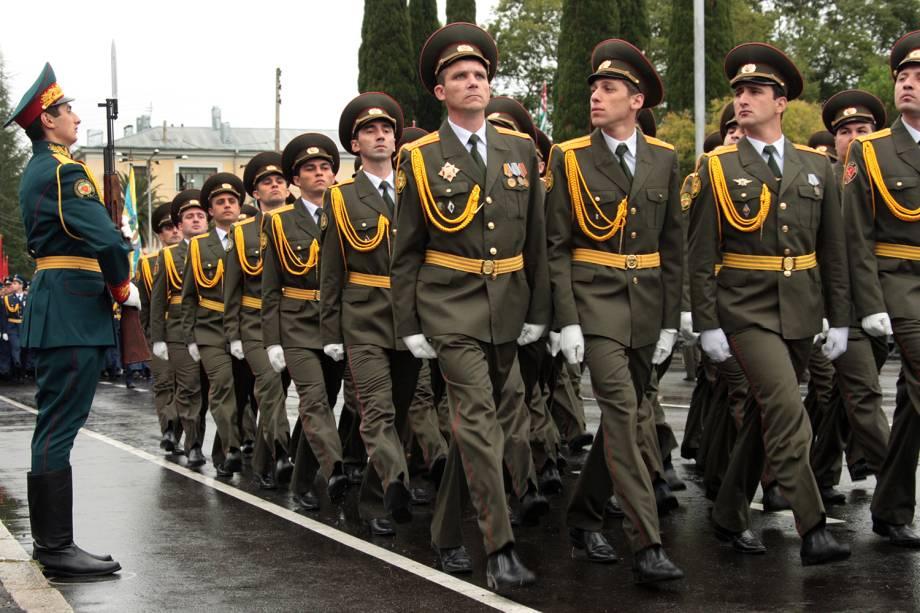 Soldados desfilam durante parada militar naAbkhazia.