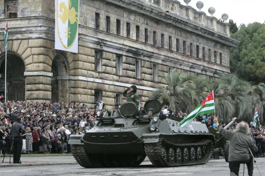 Tanque é visto durante uma parada militar em Sukhumi, Abkhazia.