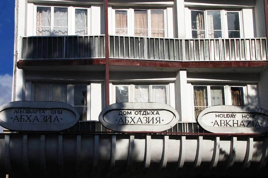 Fachada do hotelAbkhazia com placas em abkhaze, russo e inglês.