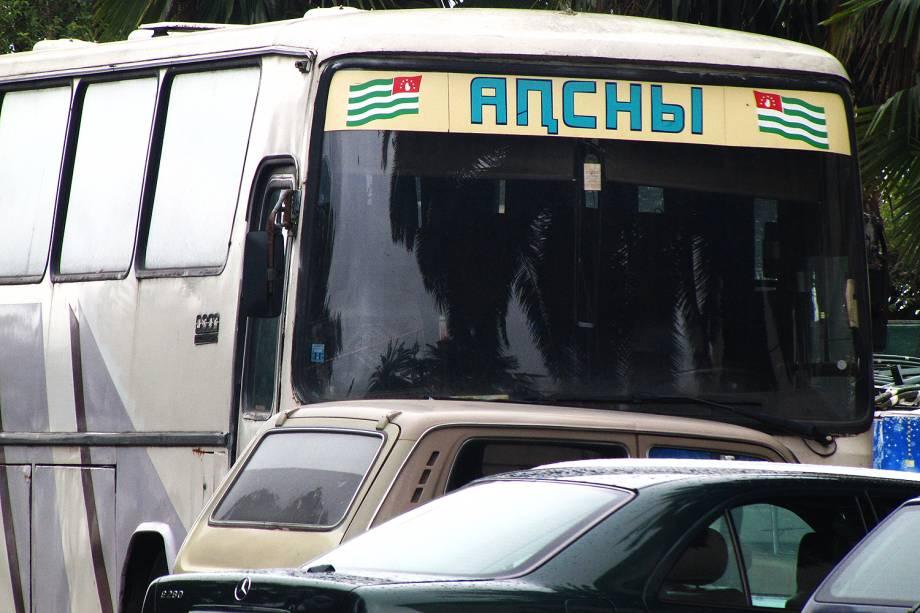 """Ônibus com """"destino"""" à Abkhazia."""