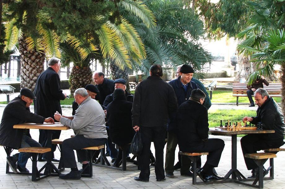 Homens jogam xadrez em praça pública de Sukhumi.