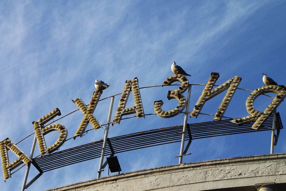 """Letreiro luminoso com os dizeres """"ABKHAZIA"""" no centro de Sukhumi."""