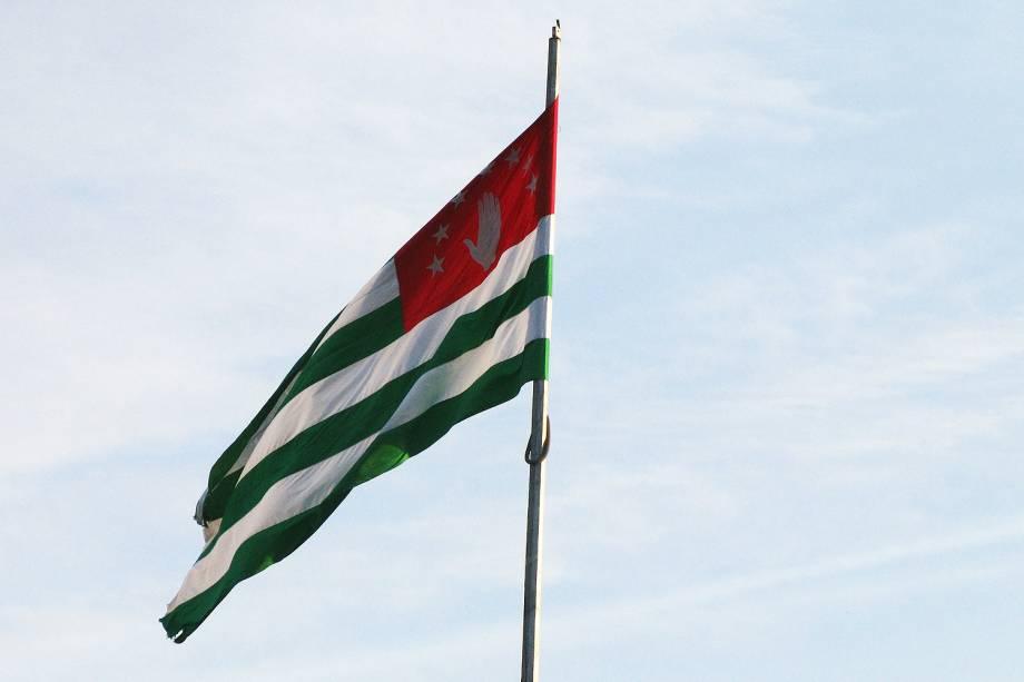 Bandeira daAbkhazia próximo ao porto de Sukhumi.