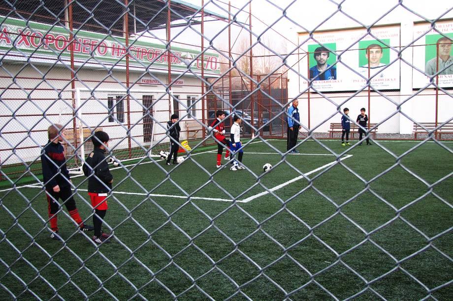 Crianças treinam futebol em Sukhumi.