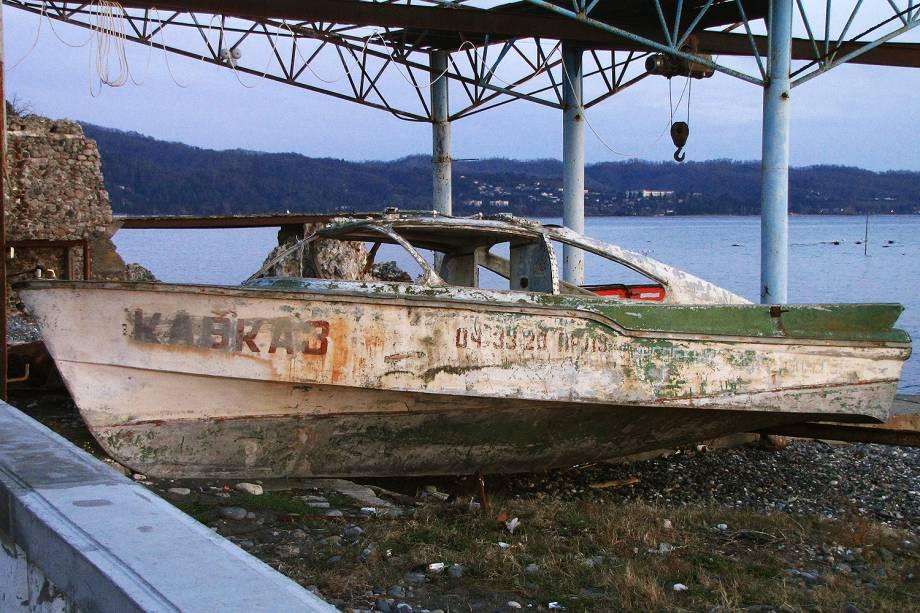 Carcaça de barco em praia de Sukhumi.