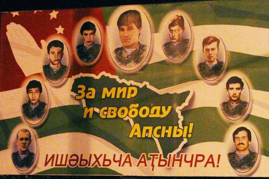 """Cartaz em Sukhumi, capital da Abkhazia, clama pela """"paz e liberdade"""" no território."""