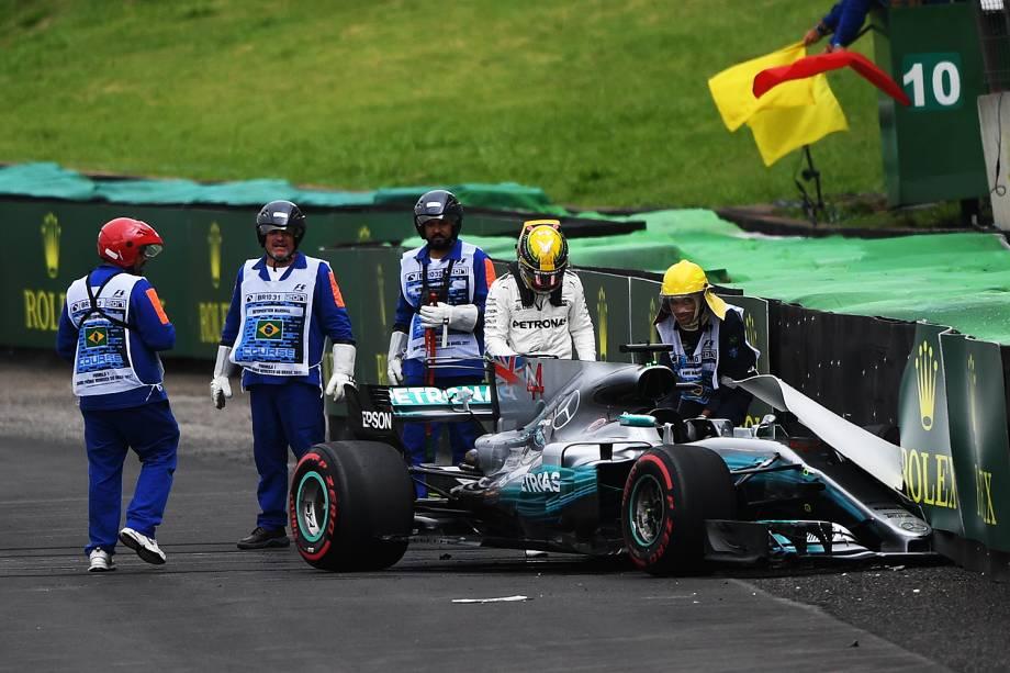 O piloto Lewis Hamilton, da Mercedes, sofre acidente durante segundo dia de treino livre para o Grande Prêmio do Brasil, no Autódromo de Interlagos - 11/11/2017