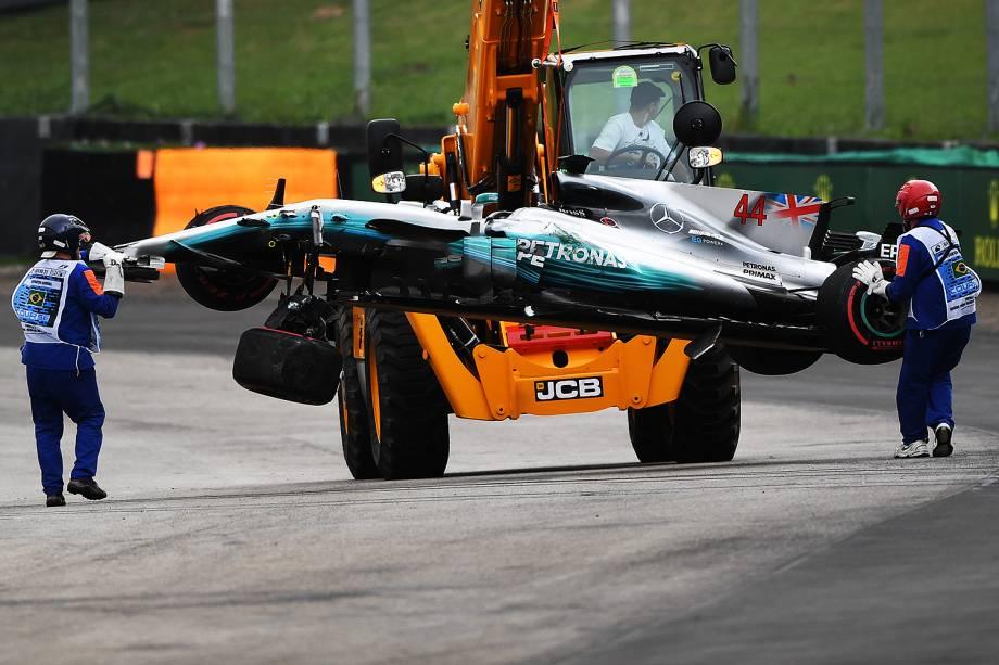 Equipe recolhe carro do piloto Lewis Hamilton, da Mercedes, após acidente durante segundo dia de treino livre para o Grande Prêmio do Brasil, no Autódromo de Interlagos - 11/11/2017