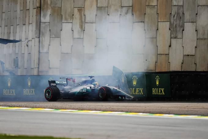 O piloto Lewis Hamilton, da Mercedes, sofre acidente durante segundo dia de treino livre para o Grande Prêmio do Brasil, no Autódromo de Interlagos – 11/11/2017