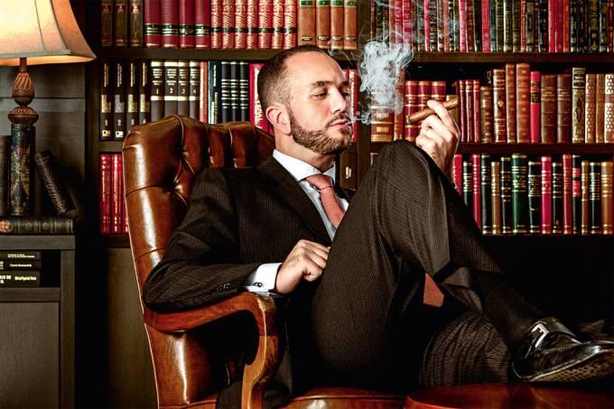 Obrigado, Lava-Jato – Bretas, advogado de Palocci: escritório gigante e hábitos novos (na foto, ele fuma seu charuto preferido, o Cohiba Behike, 350 reais a unidade)