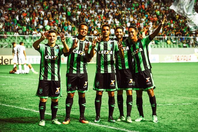 Jogadores do América-MG comemoram gol contra o ABC-RN, pela Série B do Campeonato Brasileiro, em Belo Horizonte