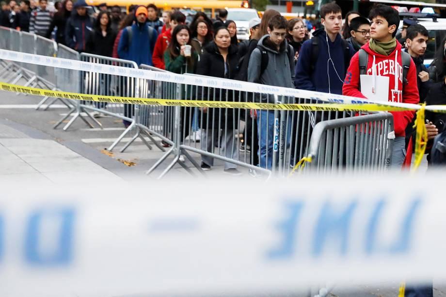 Estudantes caminham próximos de área de isolamento feita pela polícia americana, após caminhão atropelar ciclistas e pedestres, matando ao menos 8 pessoas em Nova York - 01/11/2017