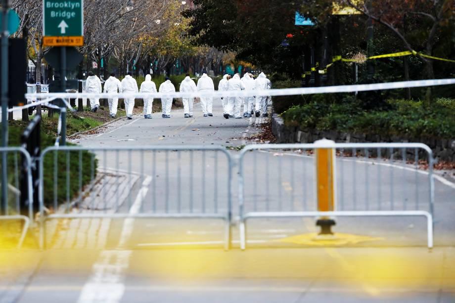 Investigadores realizam perícia no local onde caminhão avançou sobre pedestres e ciclistas, matando ao menos 8 pessoas em Nova York - 01/11/2017