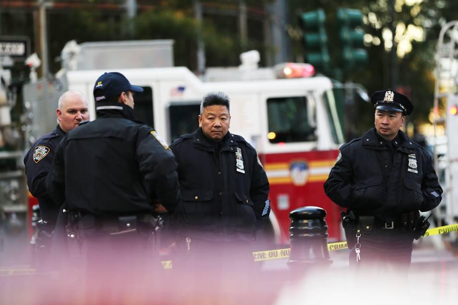Policiais são vistos próximos ao local onde caminhão avançou sobre pedestres e ciclistas, matando ao menos 8 pessoas, em Nova York - 01/11/2017