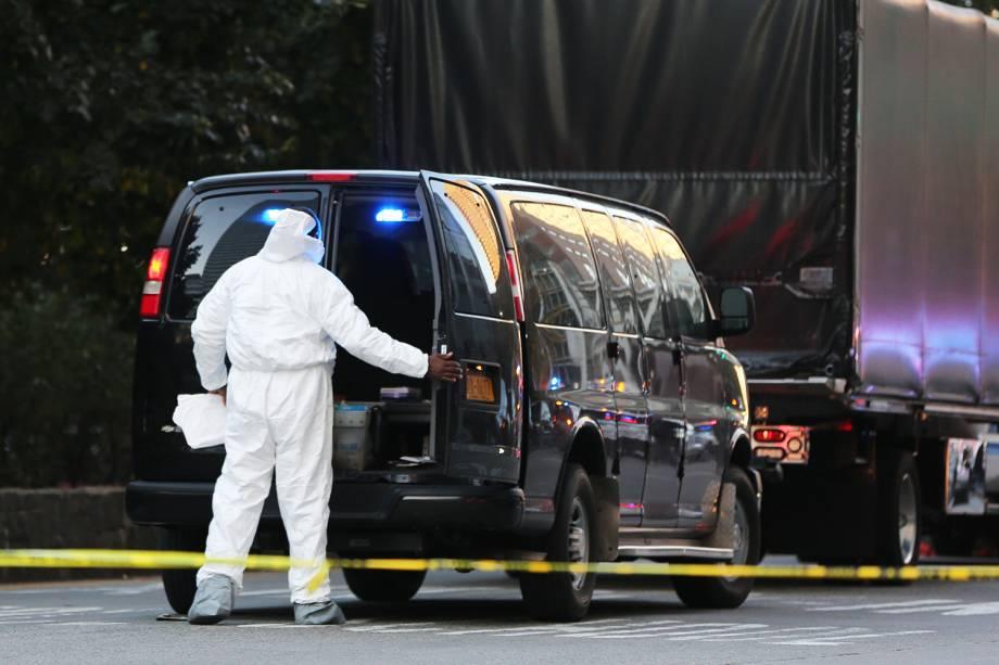 Equipe realiza perícia no local onde caminhão avançou sobre pedestres e ciclistas, matando ao menos 8 pessoas, em Nova York - 01/11/2017