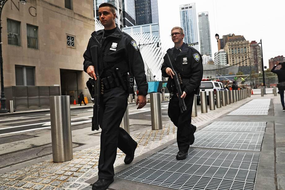 Policiais realizam patrulha próximos ao local onde caminhão avançou sobre pedestres e ciclistas, matando ao menos 8 pessoas em Nova York - 01/11/2017