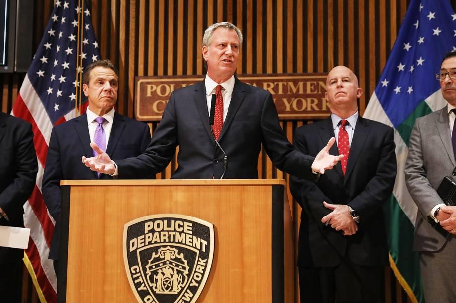 O prefeito de Nova York, Bill de Blasio (centro), realiza pronunciamento sobre o atentado ocorrido em Nova York - 01/11/2017