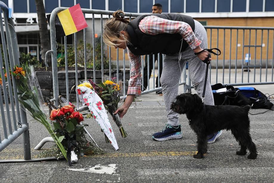 Pessoas deixam flores, após motorista invadir ciclovia em Nova York - 01/11/2017