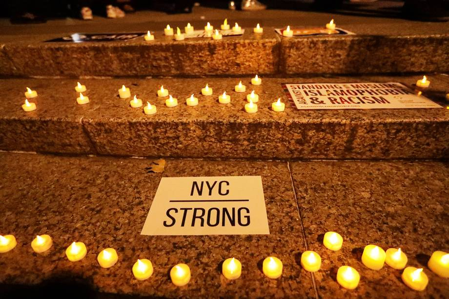 Velas são acesas na Foley Square, em Nova York, durante vigília em memória das vítimas do ataque - 01/11/2017