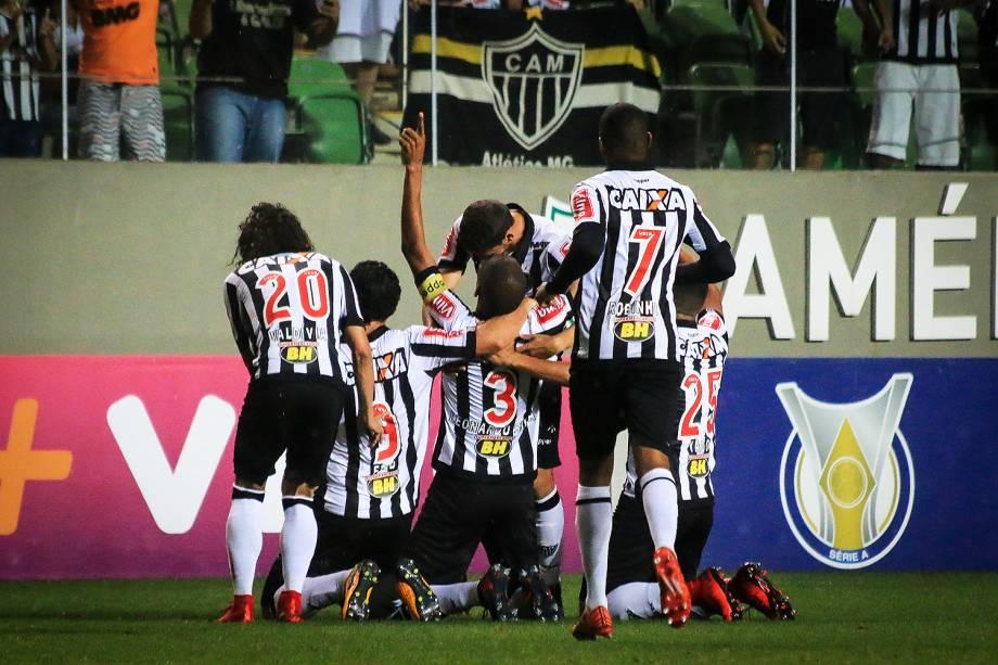 Jogadores do Atlético-MG comemoram o gol contra o Coritiba, durante partida válida pela trigésima sexta rodada do Campeonato Brasileiro 2017, realizada na Arena Independência, Belo Horizonte, MG - 19/11/2017