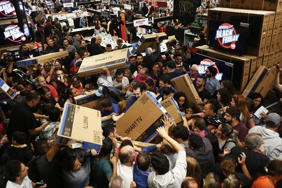 Consumidores carregam televisores em hipermercado da zona sul de São Paulo durante a Black Friday - 23/11/2017