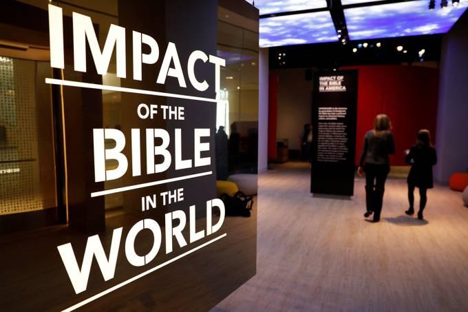 Visitantes entram no Museu da Bíblia, em Washington