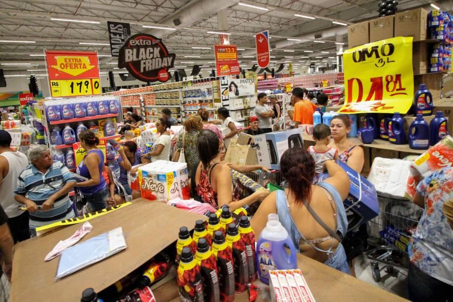 Movimentação de consumidores durante a Black Friday no hipermercado Extra no Centro do Recife, Pernambuco - 24/11/2017