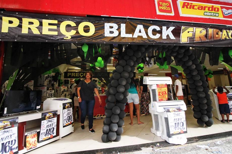 Movimentação no comércio com promoções da Black Friday, no centro do Recife (PE) - 23/11/2017