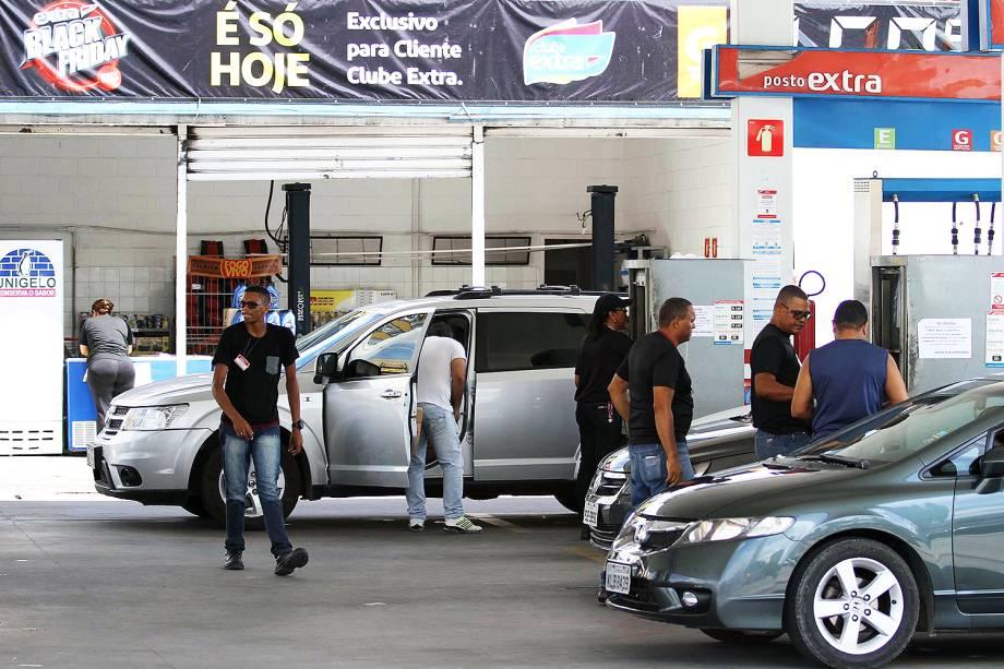 Motoristas enfrentam fila para abastecer em posto da rede Extra que participa da Black Friday - 24/11/2017