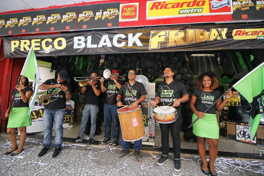 Movimentação de consumidores no comércio do Centro do Recife (PE), durante as promoções da Black Friday - 24/11/2017