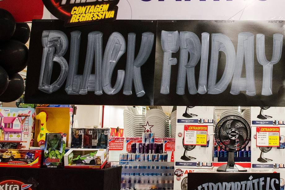 Anúncios de promoção em uma das lojas dos Hipermercados Extra, no Rio de Janeiro. Grandes redes do varejo vão ampliar o horário de atendimento durante a Black Friday - 23/11/2017