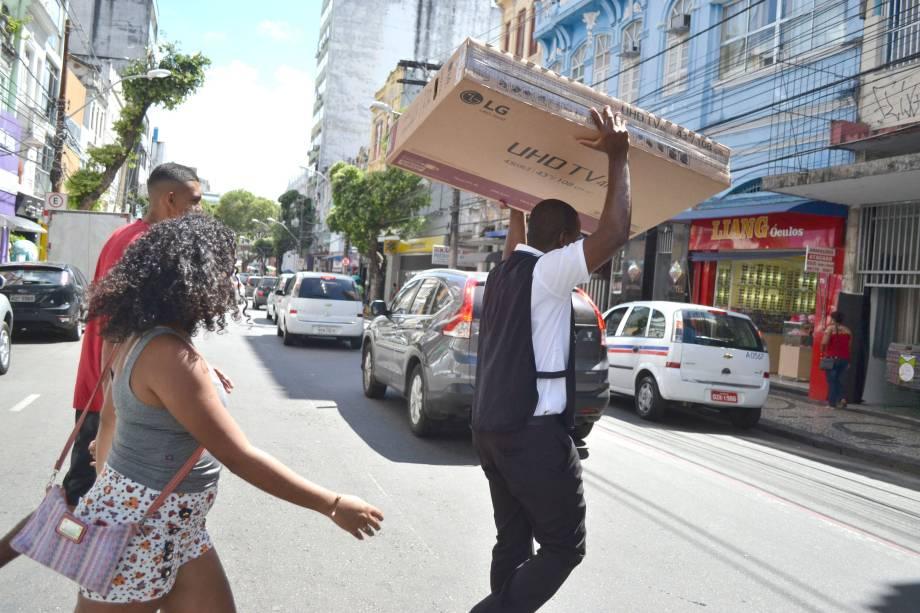 Movimentação de consumidores durante as promoções da Black Friday, no comércio do Centro de Salvador (BA) - 24/11/2017