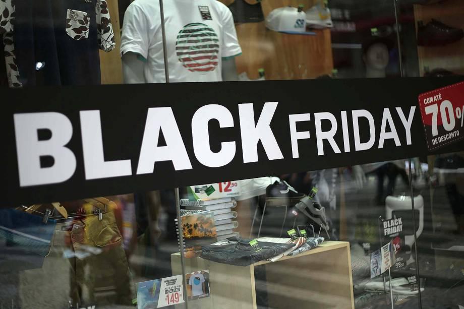 Vitrine de loja exibe cartaz com promoções da Black Friday, no Centro de São Paulo (SP) - 23/11/2017