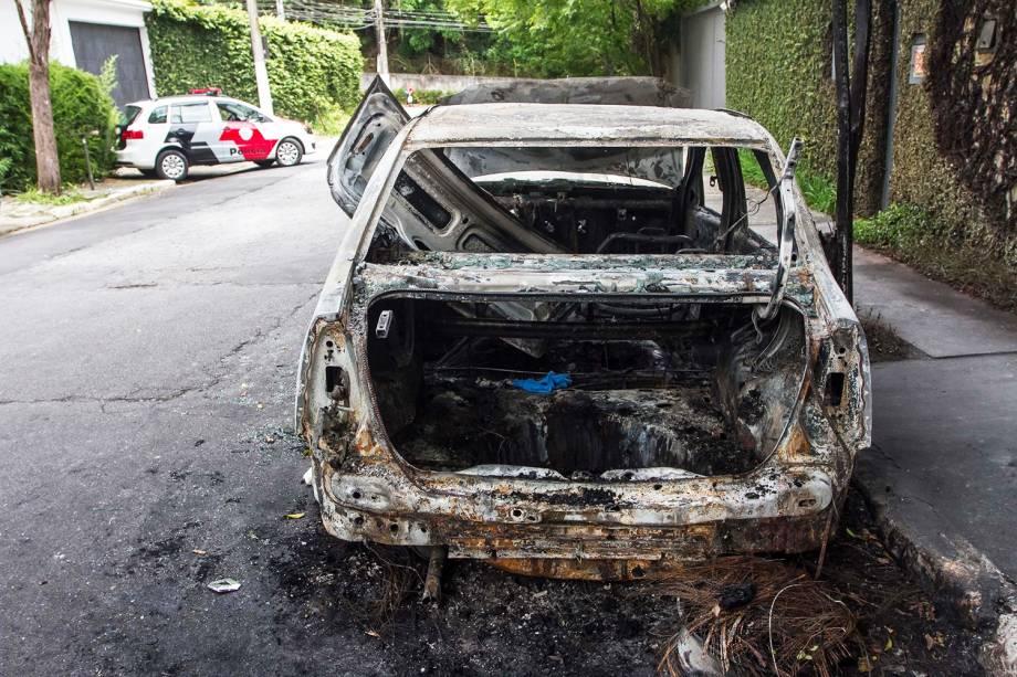 Corpo não identificado foi encontrado algemado, baleado e carbonizado dentro do porta-malas de um carro em chamas, em uma rua sem saída na região do Morumbi, em São Paulo (SP) - 02/11/2017