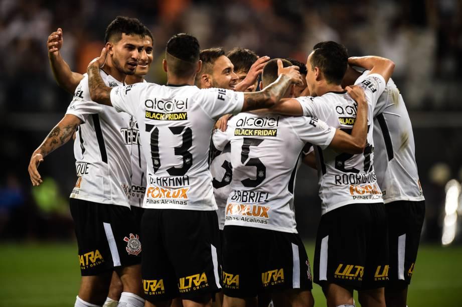 Jogadores do Corinthians comemoram gol de Jadson na vitória sobre o Fluminense em partida válida pela 35ª rodada do Campeonato Brasileiro no Itaquerão