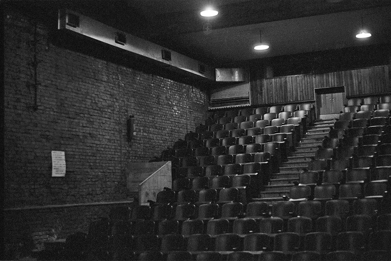 Vista geral da plateia do segundo Teatro Oficina, criado por Flávio Império. O palco ficava onde estão os olhos do leitor (foto de 1968)