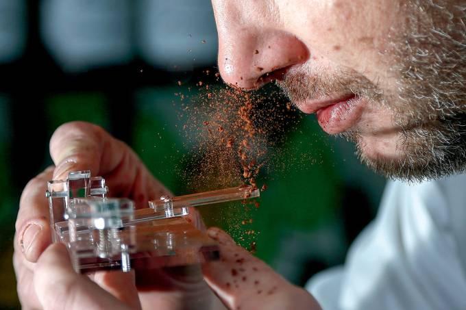 Frutos – O chocolatier belga Dominique Persoone criou um dispositivo de acrílico para facilitar o uso da nova mania