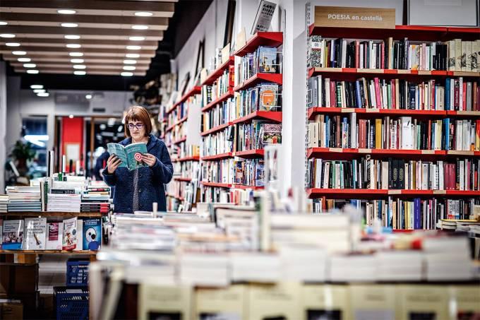 """Livros """"en català"""" – Só 27% dos leitores habituais da região leem em catalão, o que se explica por anos de veto à língua nas escolas, pela maior oferta de livros em espanhol e pelo fato de os catalães serem bilíngues, diz Montse Ayats, de 49 anos, que preside uma associação de 96 editoras que publicam em catalão. """"Não fazemos livros para reforçar a identidade, e sim porque é a nossa língua, na qual muitos que vivem aqui escrevem. Não é resistência, é natural"""""""