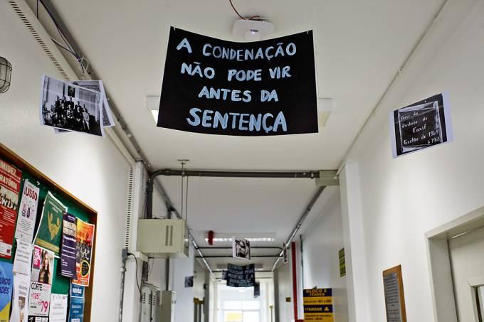 Protesto no Câmpus – O cartaz denuncia a arbitrariedade cometida contra o reitor: dúvida sobre as instituições