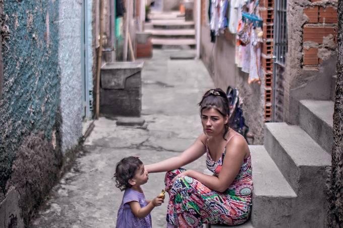"""Mayra Oliveira da Silva, 16 anos, mãe de Maria Helloisa: """"Tive problemas para amamentar, eu chorava com minha filha. Lembrei o que as enfermeiras do estudo falavam sobre o assunto e procurei ajuda médica"""""""