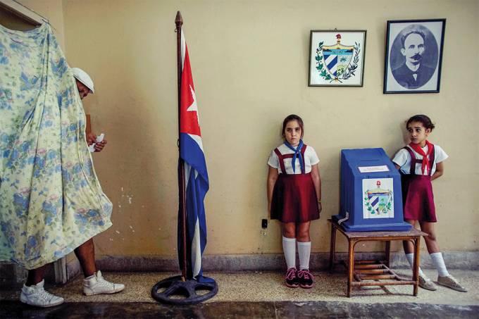 Eleitor se direciona à urna para depositar seu voto em Havana, Cuba
