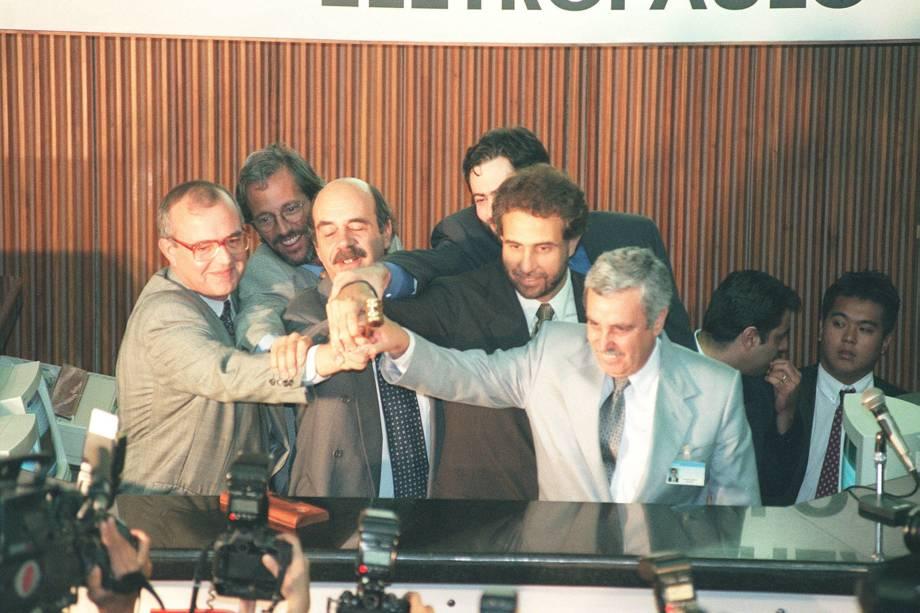 Comemoração ao final do leilão de privatização da Eletropaulo, na Bovespa, em São Paulo - 15/04/1998